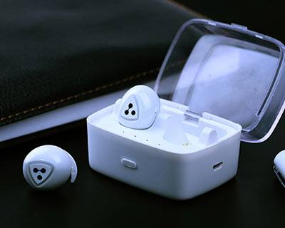 D900S Headphones White in charging box